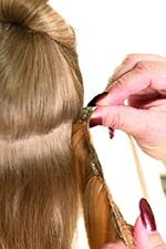цепляем накладную прядь раскрытой клипсой (заколкой-гребешком) за корни волос